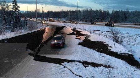 Spaventosa scossa di terremoto in Alaska: la strada si spacca