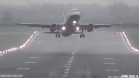Forti raffiche sull'aeroporto spostano aerei in fase di decollo e atterraggio