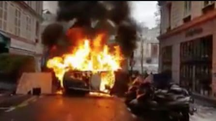 Auto bruciate in strada: a Parigi protestano per il caro carburante