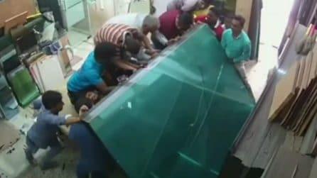 Le lastre di vetro schiacciano gli operai: i disperati tentativi di salvarli