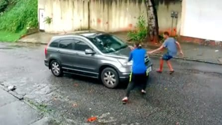 Bloccano l'auto e minacciano il conducente con una pistola: attimi di terrore