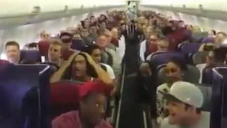 Il cast del musical Il Re Leone canta sull'aereo: spettacolo ad alta quota