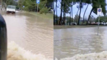 Soverato, le strade sembrano fiumi: la città è completamente allagata