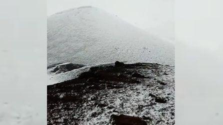 Fiocchi di neve sull'Etna: lo scenario è magico