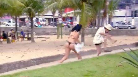 Prepara lo scherzo e offende le due donne in spiaggia, ma una reagisce terribilmente