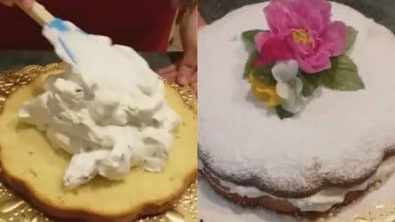 Fiore di pan di spagna con crema e gocce di cioccolato: una vera bontà