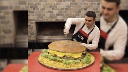 L'hamburger più grande che abbiate mai visto: ecco come lo prepara
