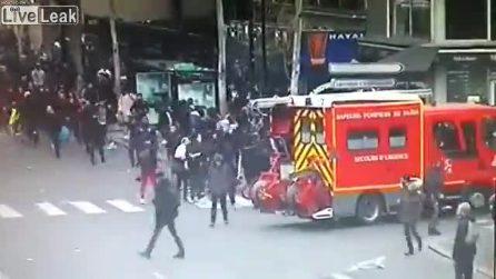 C'è un incendio da spegnere, ma i manifestanti aggrediscono i vigili del fuoco