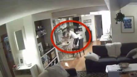 Terremoto Alaska, papà afferra la figlia e la porta in salvo: le immagini sono terribili