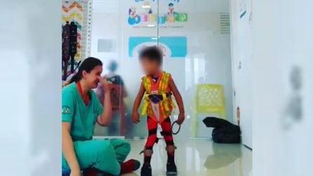 Il bimbo disabile finalmente cammina: la reazione commovente della sua fisioterapista