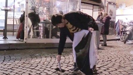 """Napoli, ragazzo giapponese raccoglie cicche e rifiuti: """"La città non merita di essere sporca"""""""