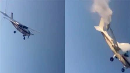 Attimi di terrore, l'aereo precipita e si schianta con persone a bordo: il momento drammatico