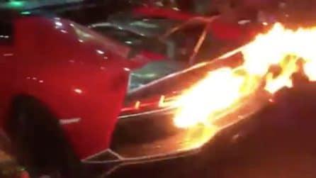 Vuole festeggiare dopo la partita, ma le fiamme prendono il sopravvento: la Lamborghini va a fuoco