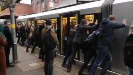 Il tram è talmente pieno che non riesce a partire, i passeggeri devono spingerlo: la scena assurda