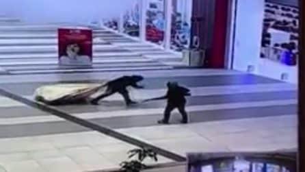 Foggia, rapinatori armati di fucili: le persone scappano terrorizzate