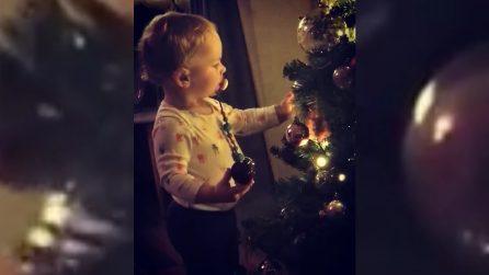 È il suo primo albero di Natale: il bimbo alle prese con la magica atmosfera