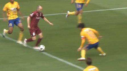 Iniesta accerchiato, manda gli avversari in tilt: azione e gol da campione