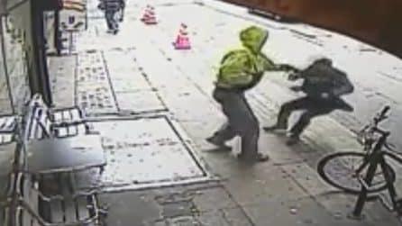 Ragazzo incappucciato spinge un uomo in strada: le conseguenze sono terribili