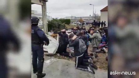 Studenti costretti in ginocchio dalla polizia in Francia