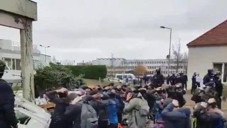 La polizia francese fa inginocchiare gli studenti di un liceo dopo le proteste