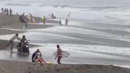 In spiaggia col motorino, gli abitanti si ribellano e lo spingono in acqua
