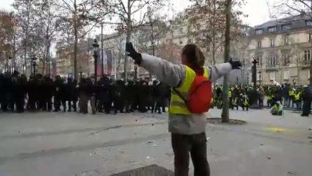Gilet gialli, manifestante a braccia aperte: la polizia spara