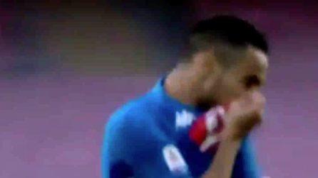 Ounas segna contro il Frosinone e bacia lo stemma del Napoli sulla maglia