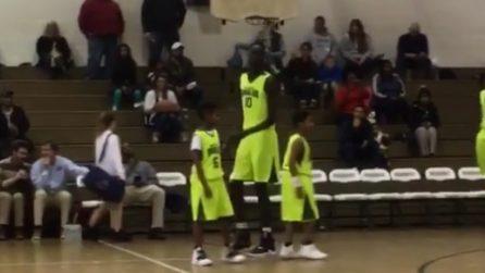 Ha 14 anni ed è alto il doppio dei suoi compagni di squadra: il confronto è imbarazzante