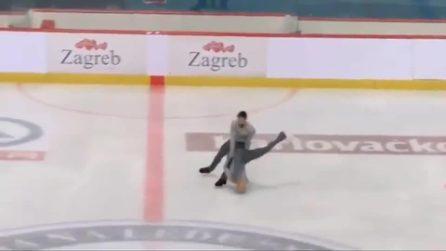 Pattinaggio su ghiaccio perde la presa e fa cadere la partner