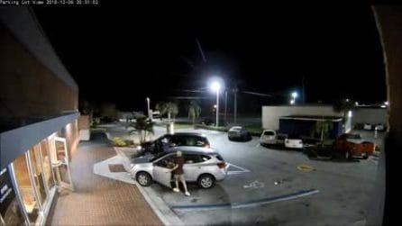 Anziana insegue il ladro, viene investita in retromarcia: le immagini dell'incidente