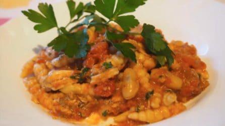 Malloreddus: gnocchetti sardi con un sugo gustoso di fagioli e alici