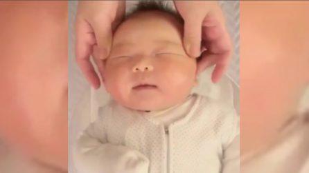 Mamma gli fa dei massaggini: le buffe espressioni del bambino