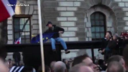 Vuole bruciare la bandiera della Ue, ma la sorpresa è dietro l'angolo