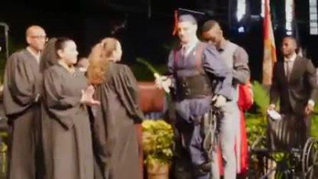 Ragazzo paralizzato cammina alla sua cerimonia di laurea: il momento è commovente