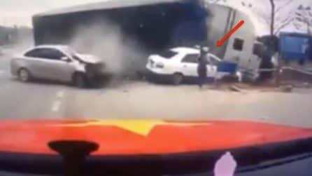 Camion esce di strada, mamma rischia la vita con il figlio: l'incidente è terrificante
