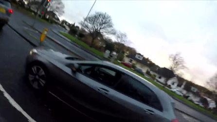 """""""Quelli come te uccidono quelli come noi"""", rimprovera automobilista con smartphone, finale assurdo"""
