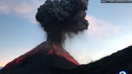 Escursionisti salgono sul vulcano ma assistono alla sua esplosione: l'eruzione vista da vicino