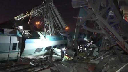 Turchia, scontro tra due treni: le immagini del disastro