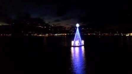 Napoli, l'albero di Natale galleggiante a Bacoli: lo spettacolo è incredibile