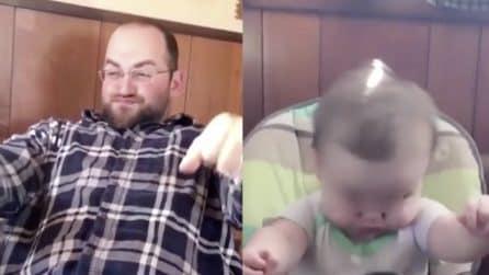 Il padre fa l'imitazione della moto: la reazione del piccolo figlio è spettacolare
