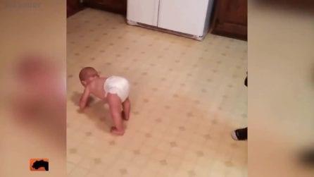 Non sa ancora camminare, ma il bimbo twerka alla grande col pannolino