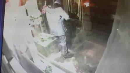 Strasburgo, il killer filmato mentre rapina una farmacia