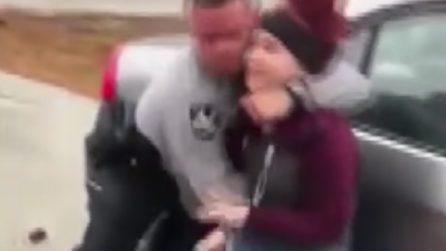 Poliziotto afferra al collo una ragazzina e la sbatte al suolo