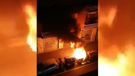 Roma, in fiamme un cassonetto della spazzatura: il fumo nero finisce negli appartamenti