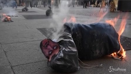 Milano, studenti bruciano manichino di Salvini