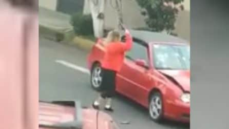Donna furiosa impugna un bastone e fa a pezzi la Volkswagen