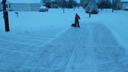 Il viale è ricoperto di neve: l'idea geniale del bambino diventa virale