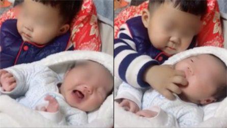 Il piccolo piange, il suo fratellino trova un rimedio istantaneo: le immagini tenerissime