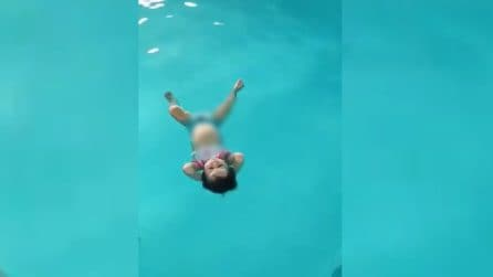 Bimba lasciata da sola in acqua: la scena ripresa in piscina