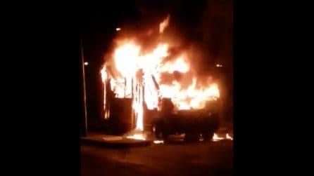 Napoli, in fiamme un autobus dell'Anm: divorato dal fuoco in pochi istanti